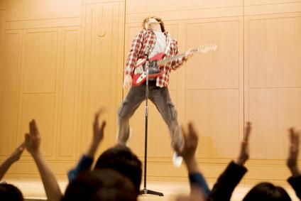歌を歌う男性